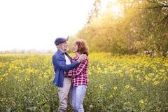 Beaux couples supérieurs en nature d'extérieur d'amour au printemps Image libre de droits