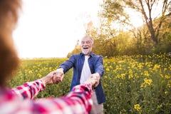 Beaux couples supérieurs en nature d'extérieur d'amour au printemps Photo libre de droits