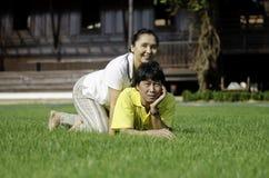 Beaux couples supérieurs en parc Images stock