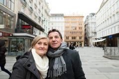 Beaux couples supérieurs sur une promenade au centre de la ville L'hiver Images libres de droits