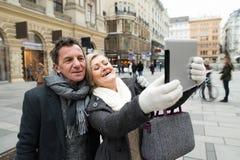 Beaux couples supérieurs sur une promenade au centre de la ville prenant le selfie Photos libres de droits