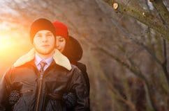 Beaux couples supérieurs sur une promenade, jour d'hiver photo libre de droits