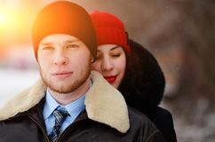 Beaux couples supérieurs sur une promenade, jour d'hiver photographie stock