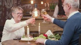 Beaux couples supérieurs une date goûtant le vin blanc clips vidéos