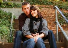 Beaux couples sur des escaliers Image stock