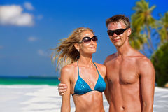 Beaux couples sur la plage Photographie stock