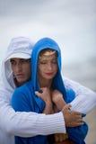 Beaux couples sur la plage Image stock