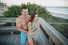 Beaux couples sur la plage images stock