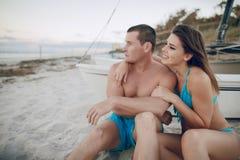 Beaux couples sur la plage Photos stock
