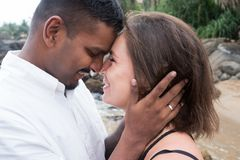 Beaux couples sur la plage tropicale Concept juste des amants mariés Images libres de droits