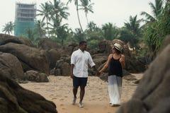 Beaux couples sur la plage tropicale Concept juste des amants mariés Photographie stock