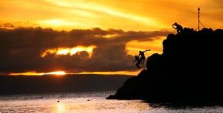 Beaux couples sur la première roche de lave. Hawaï Image stock