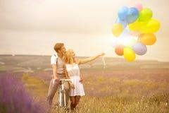 Beaux couples sur le gisement de lavande Photos libres de droits