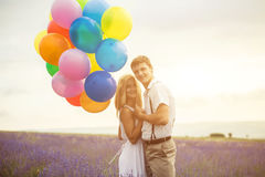 Beaux couples sur le gisement de lavande Photographie stock