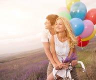 Beaux couples sur le gisement de lavande Images stock