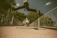Beaux couples sur le pont Photographie stock libre de droits