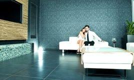 Beaux couples sur le sofa le soir Image libre de droits