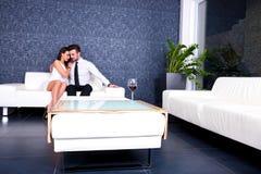 Beaux couples sur le sofa le soir Photo libre de droits