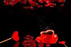 Beaux couples tasse de café au coeur rouge avec la feuille rose sur le fond noir L'espace pour le texte images stock