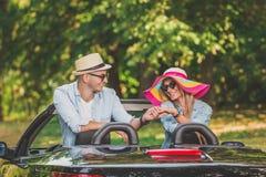 Beaux couples tenant des mains dans la voiture de cabriolet Vacances d'été sur les concepts de route Photos stock