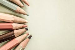 Beaux crayons de affilage colorés en bois colorés lumineux pour le dessin L'espace plat de configuration et de copie sur le fond  image libre de droits