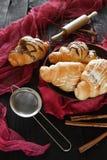 Beaux croissants savoureux avec de la crème Photos libres de droits