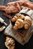 Beaux croissants savoureux avec de la crème Photos stock