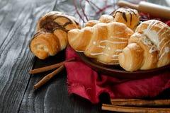 Beaux croissants savoureux avec de la crème Photo stock