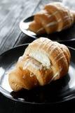 Beaux croissants savoureux avec de la crème Photographie stock libre de droits