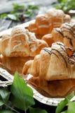 Beaux croissants savoureux avec de la crème Photographie stock