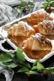 Beaux croissants sur un plateau Photo libre de droits