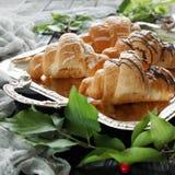 Beaux croissants sur un plateau Photo stock