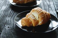 Beaux croissants sur un plateau Image stock