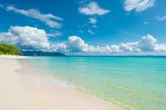 Beaux cumulus blancs au-dessus de la mer azurée images stock