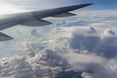Beaux cumulus d'avion image stock