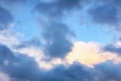 Beaux cumulus dans le ciel bleu un jour d'été photos stock