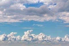 Beaux cumulus dans un ciel bleu image stock