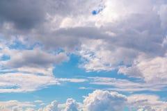Beaux cumulus dans un ciel bleu photo libre de droits