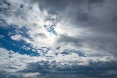 Beaux cumulus dans un ciel bleu image libre de droits