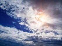 Beaux cumulus dans un ciel bleu images stock