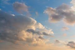 Beaux cumulus de forme peu commune dans le ciel bleu un jour d'été images libres de droits