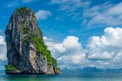 Beaux cumulus, mer claire et haute falaise photos stock