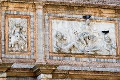 Beaux découpages et décorations en pierre ornant un mur de basilique du ` s de St Mark à Venise Photographie stock
