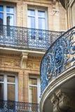 Beaux détails de bâtiment Façade fleurie avec des balcons de fer Toulouse, France photos stock