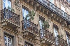 Beaux détails de bâtiment Façade fleurie avec des balcons de fer Toulouse, France photo stock