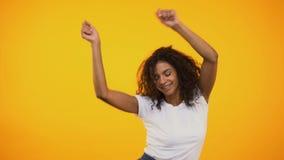 Beaux danse de femme et amusement afro-américains de avoir à la partie, temps libre clips vidéos