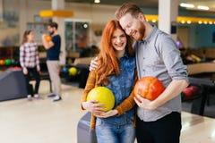Beaux datation et bowling de couples Photo stock