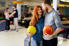 Beaux datation et bowling de couples Images stock