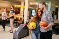Beaux datation et bowling de couples Photo libre de droits