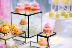 Beaux desserts, bonbons et table de sucrerie à la réception de mariage Image stock